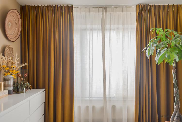 Okergele velours gordijnen kiezen voor de slaapkamer ©BintiHome